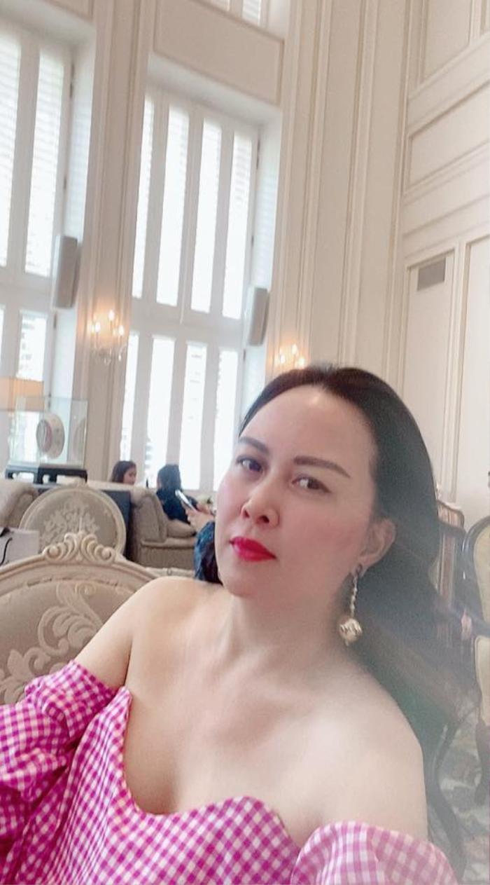 Phượng Chanel lên đồ trễ nải khoe xương quai xanh quyến rũ đi chơi ngày lễ 30/4 Ảnh 2
