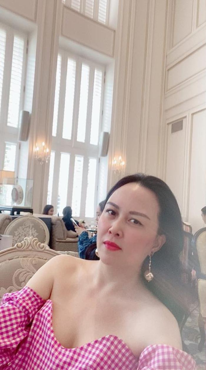 Phượng Chanel lên đồ trễ nải khoe xương quai xanh quyến rũ đi chơi ngày lễ 30/4 Ảnh 1