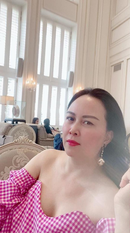 Phượng Chanel lên đồ trễ nải khoe xương quai xanh quyến rũ đi chơi ngày lễ 30/4 Ảnh 3