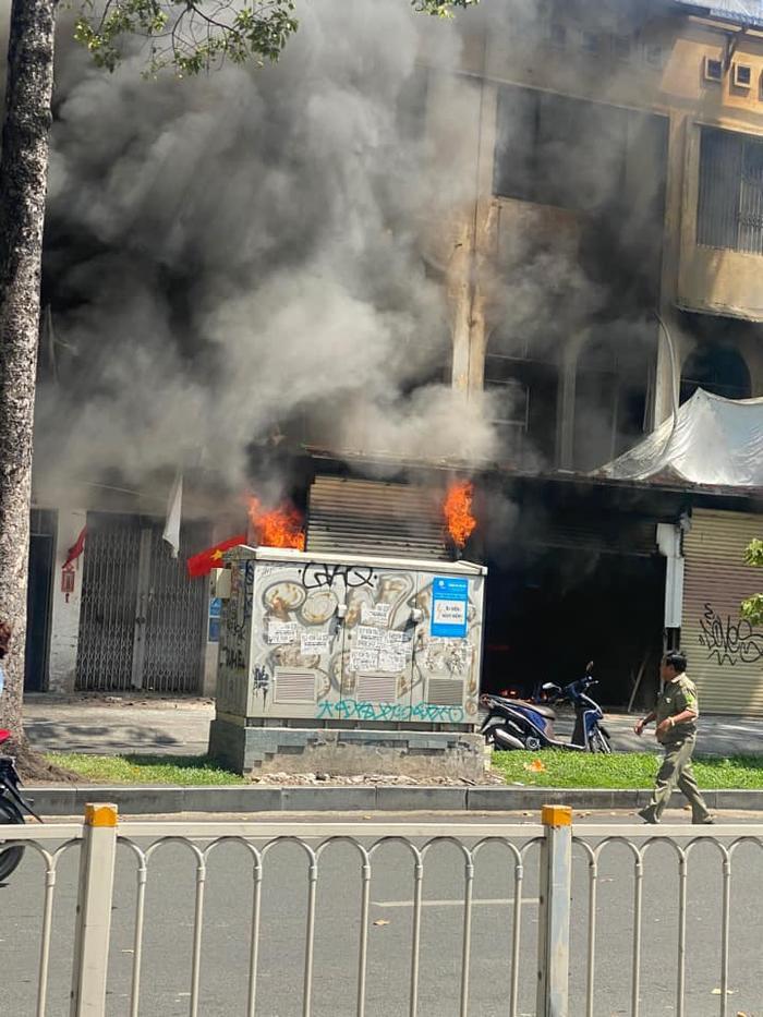 Cháy lớn ở TP.HCM: Lửa bốc lên dữ dội, nhiều người bị thương Ảnh 1