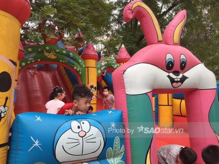 Công viên Thống Nhất tấp nập người lớn, trẻ nhỏ vui chơi 'hết mình' dịp nghỉ lễ 1/5 Ảnh 5