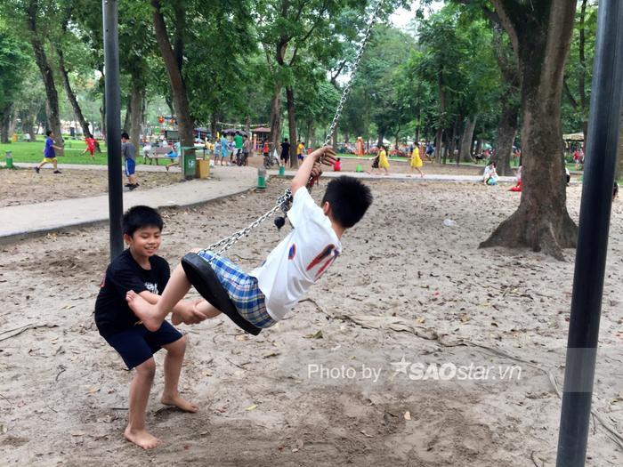 Công viên Thống Nhất tấp nập người lớn, trẻ nhỏ vui chơi 'hết mình' dịp nghỉ lễ 1/5 Ảnh 8