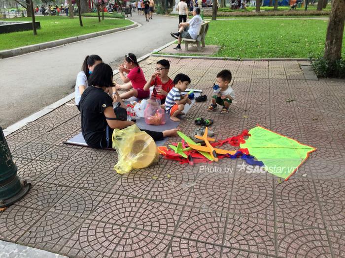 Công viên Thống Nhất tấp nập người lớn, trẻ nhỏ vui chơi 'hết mình' dịp nghỉ lễ 1/5 Ảnh 12