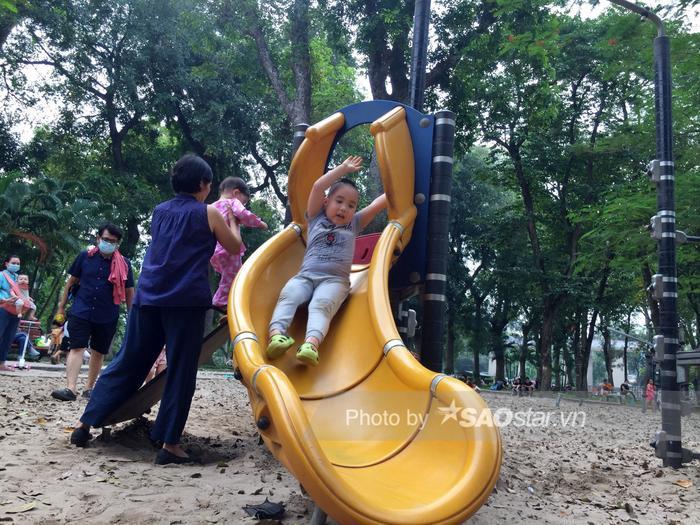 Công viên Thống Nhất tấp nập người lớn, trẻ nhỏ vui chơi 'hết mình' dịp nghỉ lễ 1/5 Ảnh 10