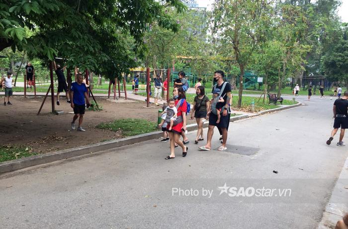 Công viên Thống Nhất tấp nập người lớn, trẻ nhỏ vui chơi 'hết mình' dịp nghỉ lễ 1/5 Ảnh 2