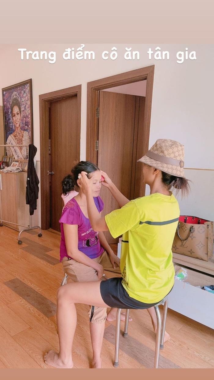 Tự make-up để tiết kiệm khi đi sự kiện, H'Hen Niê trổ tài trang điểm cho mẹ Ảnh 1
