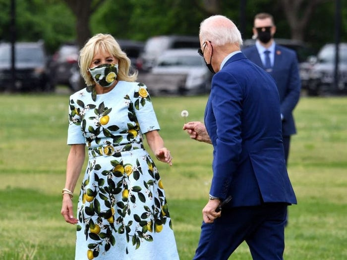 Tổng thống Joe Biden ngắt vội một bông bồ công anh tặng vợ Ảnh 2