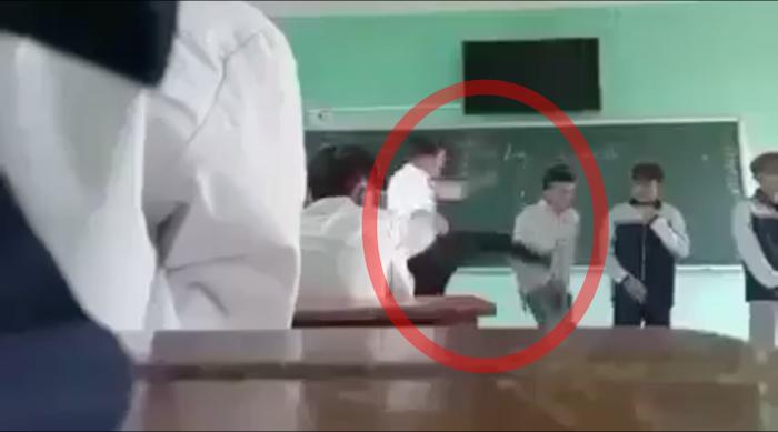 Phẫn nộ thầy giáo buông lời thô tục, liên tiếp tát mạnh vào đầu rồi đá thẳng vào học sinh giữa bục giảng Ảnh 3