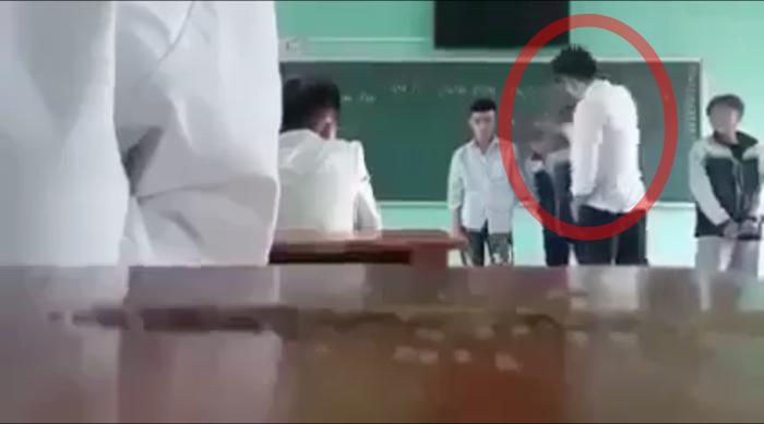 Phẫn nộ thầy giáo buông lời thô tục, liên tiếp tát mạnh vào đầu rồi đá thẳng vào học sinh giữa bục giảng Ảnh 1
