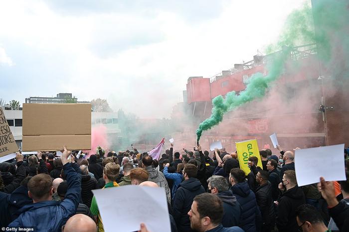 Fan Quỷ đỏ làm loạn Old Trafford, đại chiến MU vs Liverpool nguy cơ bị hoãn Ảnh 8
