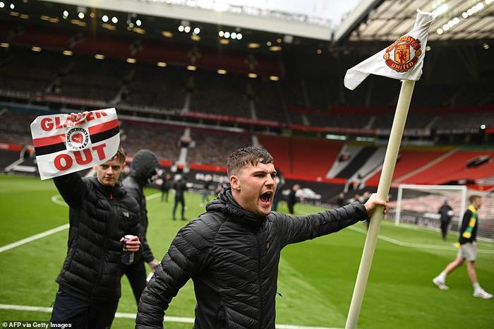 Fan Quỷ đỏ làm loạn Old Trafford, đại chiến MU vs Liverpool nguy cơ bị hoãn Ảnh 10