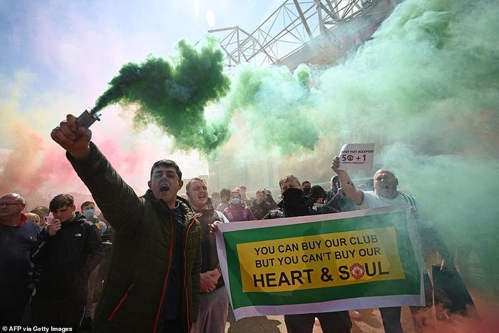 Fan Quỷ đỏ làm loạn Old Trafford, đại chiến MU vs Liverpool nguy cơ bị hoãn Ảnh 7