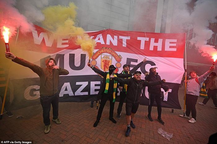 Fan Quỷ đỏ làm loạn Old Trafford, đại chiến MU vs Liverpool nguy cơ bị hoãn Ảnh 4
