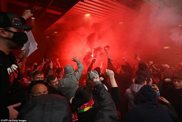 Fan Quỷ đỏ làm loạn Old Trafford, đại chiến MU vs Liverpool nguy cơ bị hoãn Ảnh 12