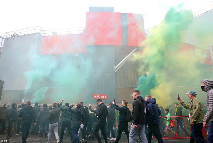 Fan Quỷ đỏ làm loạn Old Trafford, đại chiến MU vs Liverpool nguy cơ bị hoãn Ảnh 3
