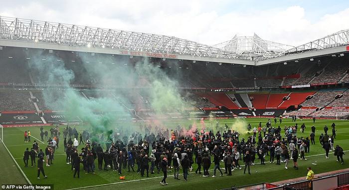 Fan Quỷ đỏ làm loạn Old Trafford, đại chiến MU vs Liverpool nguy cơ bị hoãn Ảnh 11
