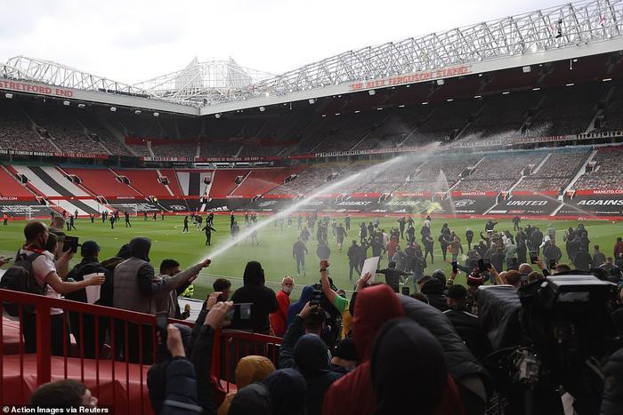 Fan Quỷ đỏ làm loạn Old Trafford, đại chiến MU vs Liverpool nguy cơ bị hoãn Ảnh 2