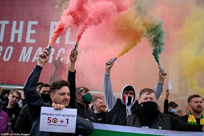 Fan Quỷ đỏ làm loạn Old Trafford, đại chiến MU vs Liverpool nguy cơ bị hoãn Ảnh 6