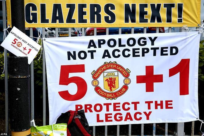 Fan Quỷ đỏ làm loạn Old Trafford, đại chiến MU vs Liverpool nguy cơ bị hoãn Ảnh 1