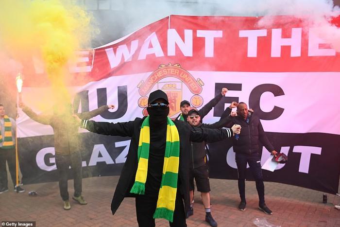 Fan Quỷ đỏ làm loạn Old Trafford, đại chiến MU vs Liverpool nguy cơ bị hoãn Ảnh 9