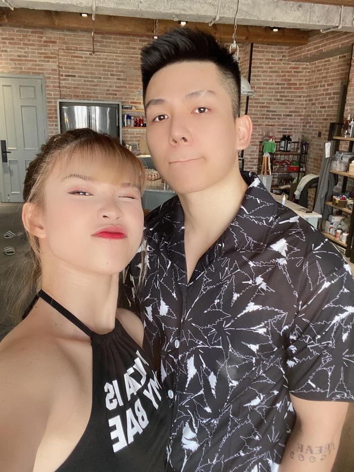 Kelvin Khánh giả 'đứng hình wifi lag' chọc Khởi My ngay trên sóng livestream: Kết hôn vui đến vậy sao? Ảnh 1