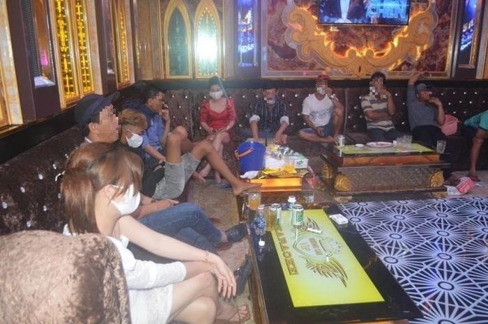 Bắt quả tang 11 cô gái 'thác loạn' cùng 55 nam giới ở 'tiệc ma túy' trong quán karaoke lúc rạng sáng Ảnh 1