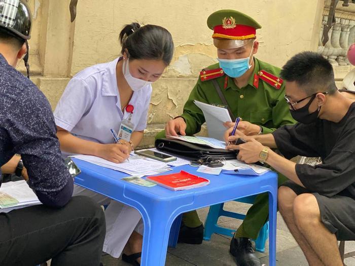 Công an quận Hoàn Kiếm xử phạt không đeo khẩu trang nơi công cộng vượt mức hơn 300 triệu đồng Ảnh 2