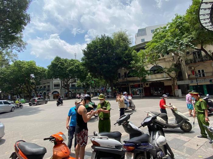 Công an quận Hoàn Kiếm xử phạt không đeo khẩu trang nơi công cộng vượt mức hơn 300 triệu đồng Ảnh 1