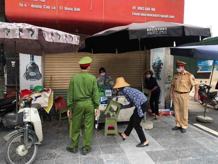 Công an quận Hoàn Kiếm xử phạt không đeo khẩu trang nơi công cộng vượt mức hơn 300 triệu đồng Ảnh 3