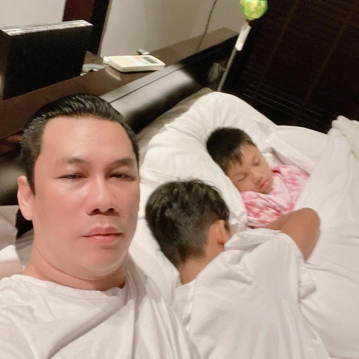 Đăng ảnh con trai ôm cứng, chồng cũ Lệ Quyên than thở vì bé Bo quá bám nên bố 'khó có người yêu' Ảnh 2