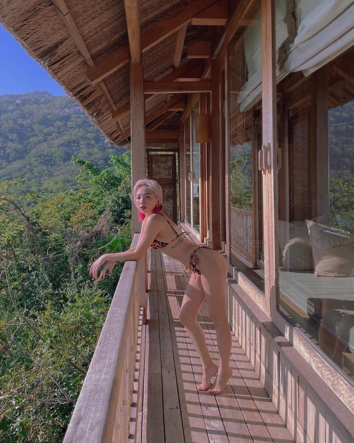 Tóc Tiên diện bikini nhỏ xíu khoe vòng 3 'căng mẩy' giữa khung cảnh núi rừng mộng mơ Ảnh 3