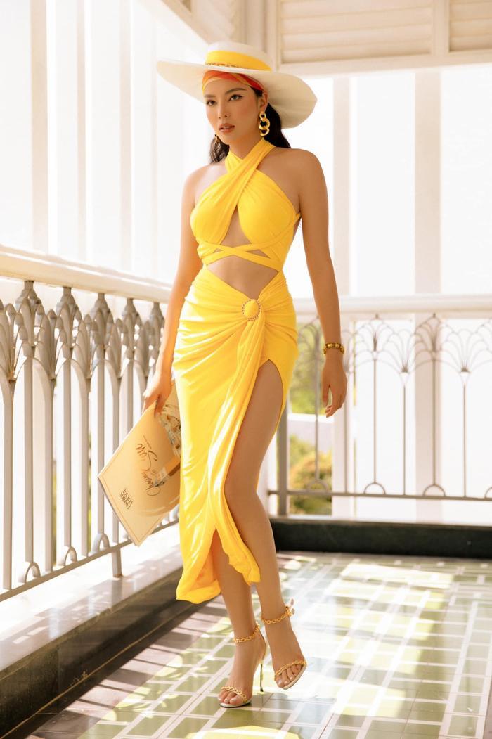 Khánh Vân khoe body hot 100 độ C, fan lóa mắt vì chiếc váy cắt xẻ cực gắt Ảnh 7
