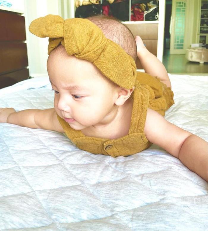 Hà Hồ khoe Lisa ngày nào cũng tập Yoga: Truyền nhân 'Nữ hoàng giải trí' đây rồi! Ảnh 8