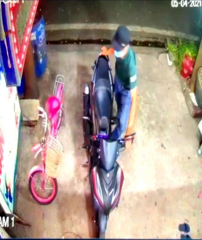 Công khai hình ảnh nghi phạm trộm xe máy đâm tử vong nam bác sĩ ở Bình Dương Ảnh 1