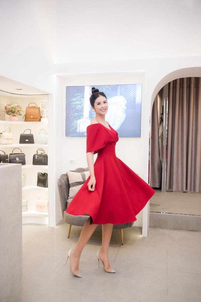 Hoa hậu Ngọc Hân thay 3 váy, điệu đà e ấp bên siêu mẫu nam điển trai Ảnh 1