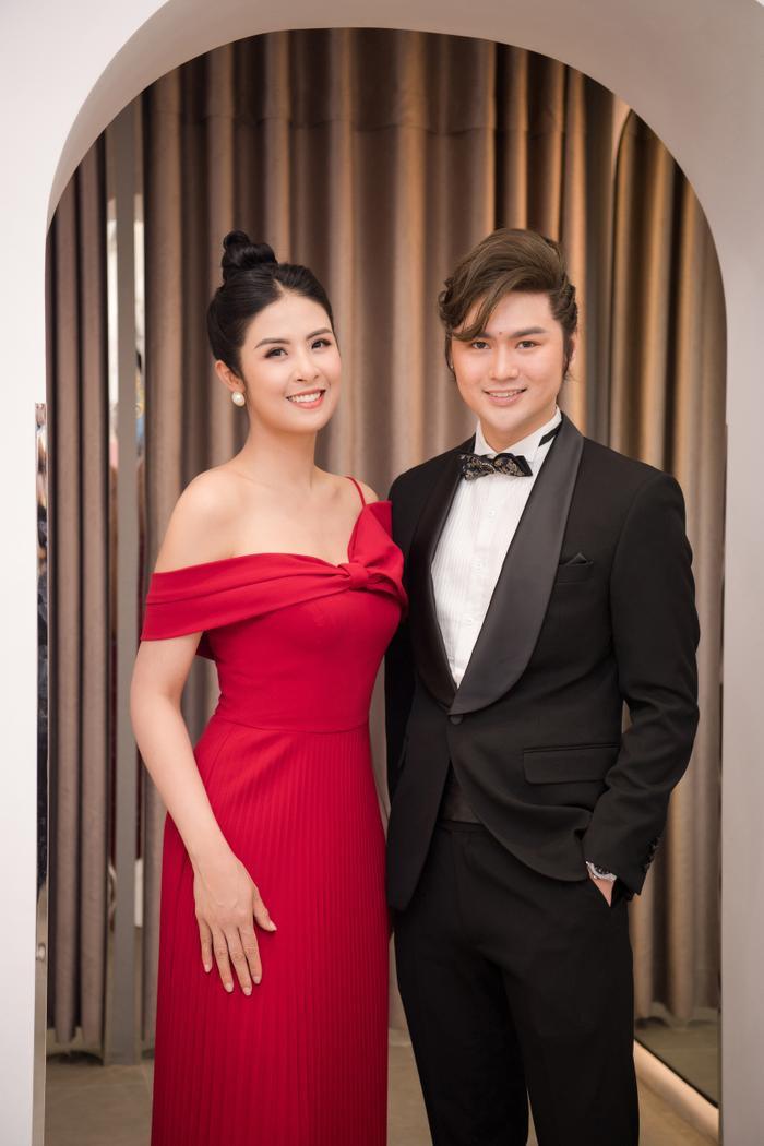 Hoa hậu Ngọc Hân thay 3 váy, điệu đà e ấp bên siêu mẫu nam điển trai Ảnh 4