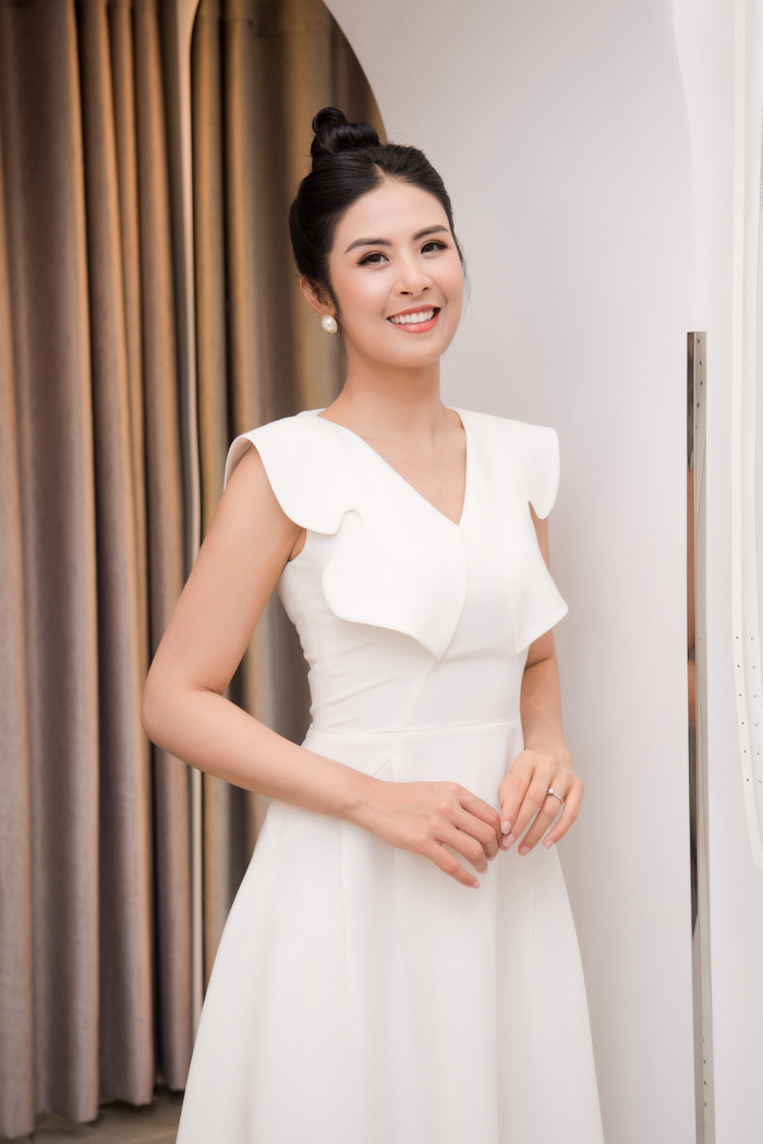 Hoa hậu Ngọc Hân thay 3 váy, điệu đà e ấp bên siêu mẫu nam điển trai Ảnh 2