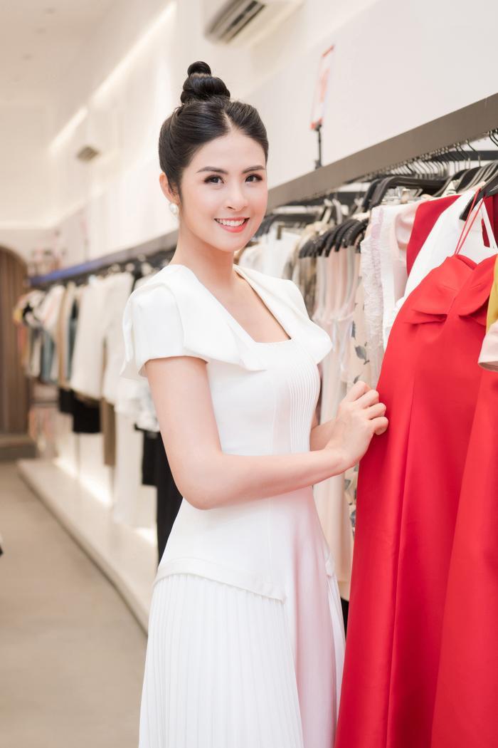 Hoa hậu Ngọc Hân thay 3 váy, điệu đà e ấp bên siêu mẫu nam điển trai Ảnh 7