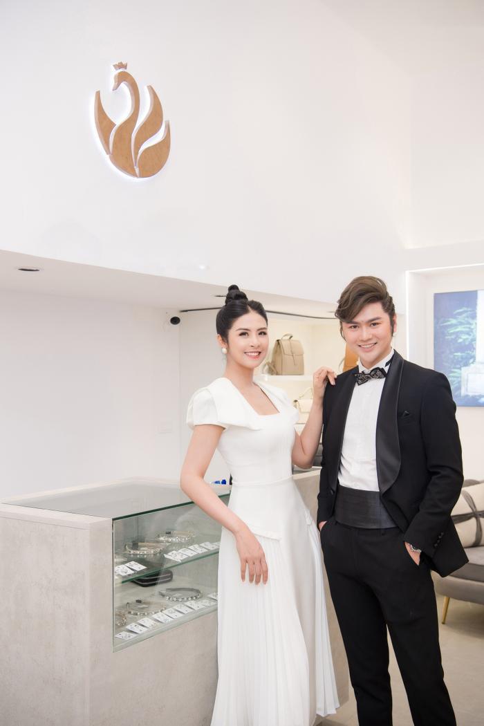 Hoa hậu Ngọc Hân thay 3 váy, điệu đà e ấp bên siêu mẫu nam điển trai Ảnh 8