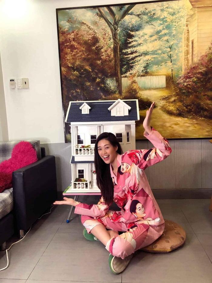 Style đối lập của Khánh Vân ở nhà và thi Quốc tế, beauty queen 'lột xác' thành công thật rồi! Ảnh 4