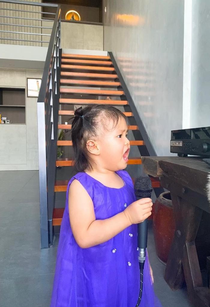 Con gái Lê Phương 'gân cổ' hát như ca sĩ chuyện nghiệp, ai nhìn cũng cưng Ảnh 6