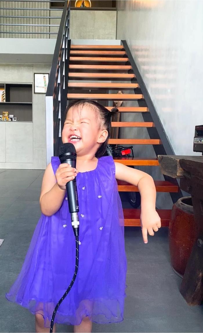 Con gái Lê Phương 'gân cổ' hát như ca sĩ chuyện nghiệp, ai nhìn cũng cưng Ảnh 7