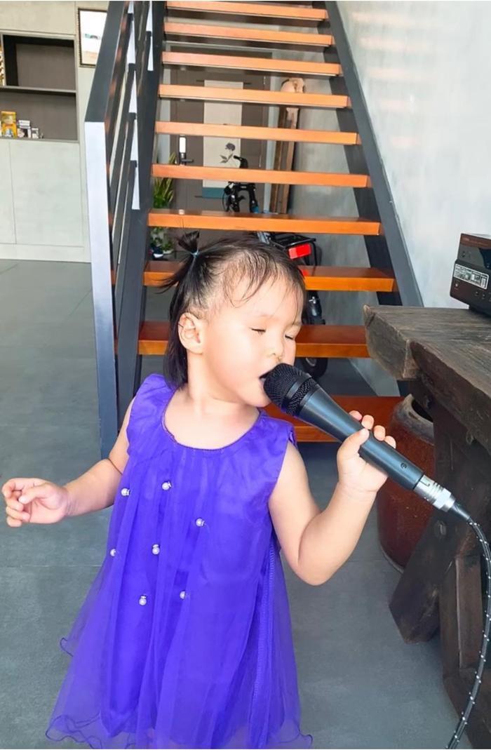 Con gái Lê Phương 'gân cổ' hát như ca sĩ chuyện nghiệp, ai nhìn cũng cưng Ảnh 5