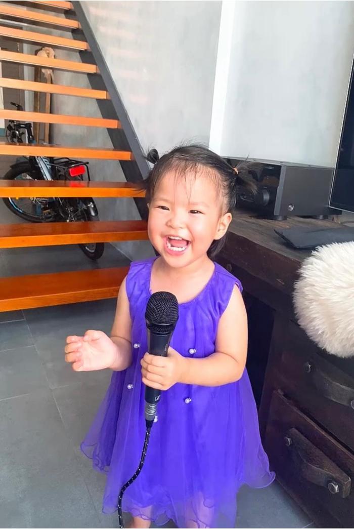 Con gái Lê Phương 'gân cổ' hát như ca sĩ chuyện nghiệp, ai nhìn cũng cưng Ảnh 3