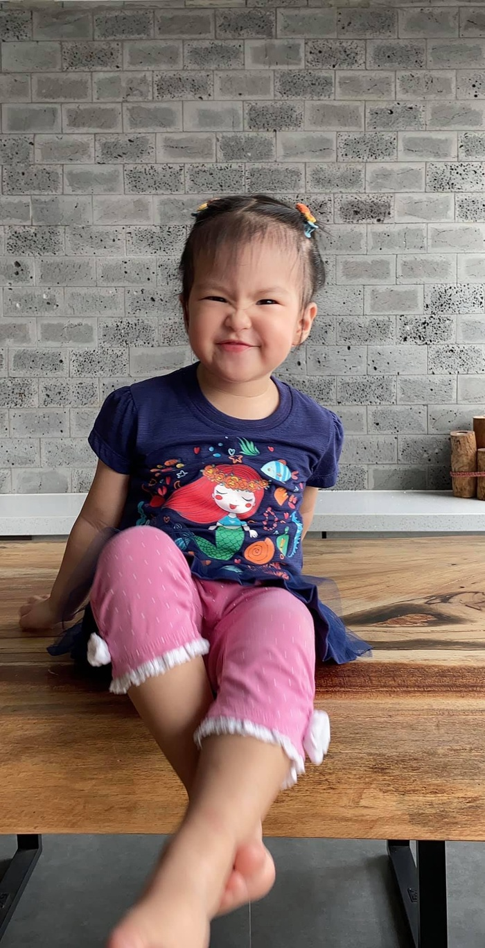 Con gái Lê Phương 'gân cổ' hát như ca sĩ chuyện nghiệp, ai nhìn cũng cưng Ảnh 10