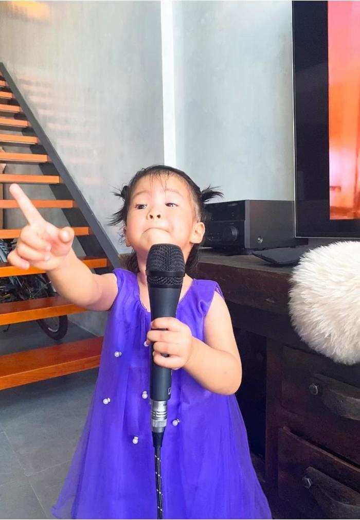 Con gái Lê Phương 'gân cổ' hát như ca sĩ chuyện nghiệp, ai nhìn cũng cưng Ảnh 4