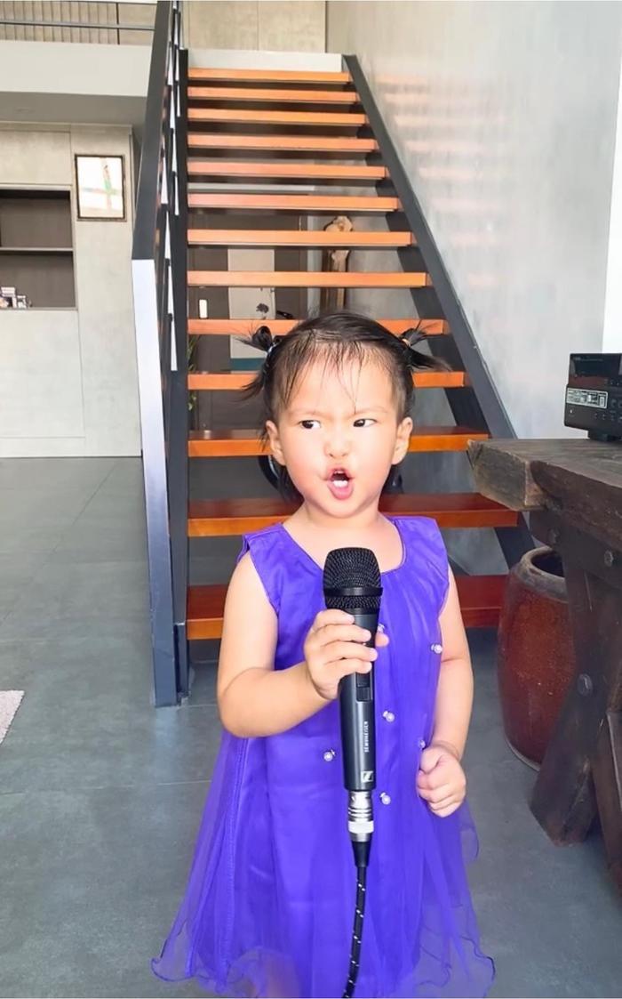 Con gái Lê Phương 'gân cổ' hát như ca sĩ chuyện nghiệp, ai nhìn cũng cưng Ảnh 2
