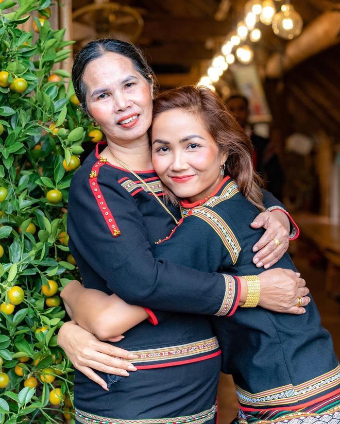 Ngày của mẹ: H'Hen Niê bật mí món quà đặc biệt dành tặng đấng sinh thành, giá trị như nhà ở quê Ảnh 1