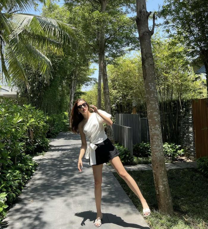Á hậu Huyền My khoe chân thon dài với váy ngắn trong set đồ đen - trắng trẻ trung Ảnh 1