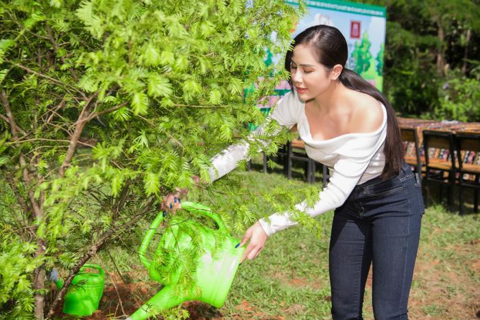 Phương Khánh 'mướt mồ hôi' cùng Ngọc Tình và dàn người đẹp Miss Earth trồng cây phủ xanh Ảnh 1